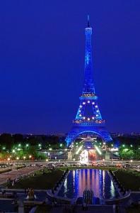 Torre Eiffel illuminata di notte
